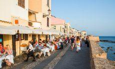 Romantische Uferpromenade von Alghero mit Restaurants mit Meerblick