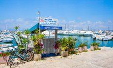 Zugang zeinem der Bootsanlegestege für Motorboote des Hafens von Alghero