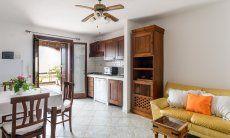 Wohnbereich mit Essplatz, Sofaecke und Küchenzeile