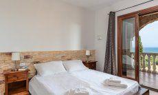 Schlafzimmer 1 mit Meerblick und Terrassenzugang