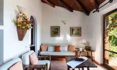 Stilvolles Wohnzimmer mit gemütlicher Sofaecke