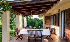 Überdachte Terrasse mit großem Essbereich