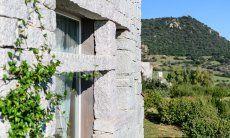 Fenster in der Granitmauer mit Blick in die grüne Landschaft
