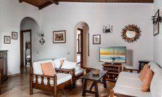 Sardisch eingerichtetes Wohnzimmer