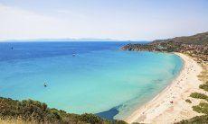 Blick auf die Bucht von Solanas mit weißem Strand und kristallklarem Meer