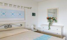 Schlafzimmer mit Ehebett, Kommode und Spiegel