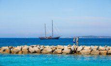 Schooner mit zwei Masten in der Bucht vor Porto Rotondo