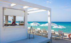 Elegante Strandbar am Strand von Maria Pia Alghero