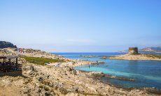 Blick vom Ufer auf den spanischen Wachturm von La Pelosa Stintino