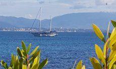 Blick auf das Meer vor Cagliari mit einem Segelboot