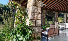 Terrasse mit Sofamöbeln und Eßtsich