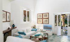 Wohnzimmer mit Sofaecke und TV und Blick in den Garten