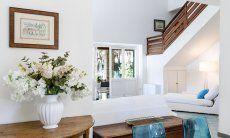 Blick vom Eßzimmer ins Wohnzimmer, auf die Terrassentür und die Treppe