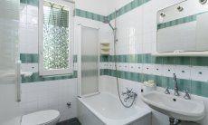 Bad 1 mit Badewanne, es befindet sich hinter dem Schlafzimmer 1 im Erdgeschoß