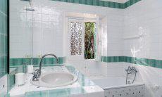 Bad 3 im ersten Stock mit Badewanne (und Dusche) und Fenster zum Garten