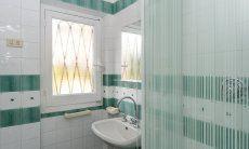 Bad 2 im Erdgeschoß hinter der Küche mit Dusche und WC