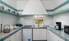 Küche im Landhausstil mit Gasherd, Spülmaschine, Elektrogeräten und Mikrowelle