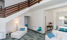 Chaiselongue im Wohnzimmer und Treppe in den ersten Stock