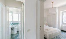 Schlafzimmer 2 mit Blick ins Bad mit WC