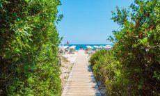 Strandzugang zu einem Strandbad an der Costa Rei