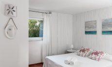 Schlafzimmer mit Doppelbett und Fenster ins Grüne Su Faru 3 Pula