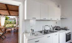 Küche mit Tür zu Terrasse Su Faru 3 Pula