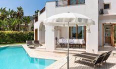 Aussenansicht vom Pool mit Terrasse und Esstisch