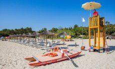 Strand von Orrì mit Strandliegen und Bademeister