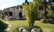 Haus mit großem Garten und Terrasse