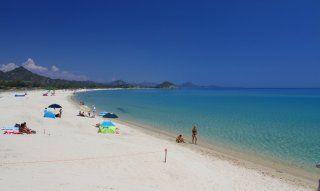Herrlicher, weißer Sandstrand von Cala Sinzias, nur 2 km von Li Conchi entfernt