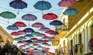 Hunderte von bunten Regenschirmen schmücken die Straßen von Pula im Sommer