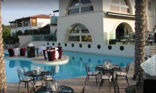 Nachtclub Bal Harbour mit Tischem am Pool