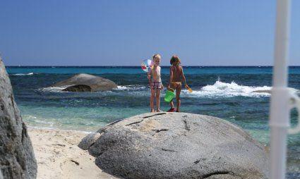 Kinder auf den Felsen im Meer von Sant Elmo