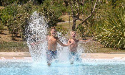 Zwei Jungs springen in den Pool von Li Conchi