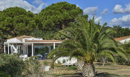 Strandhaus inmitten eines großen Gartens