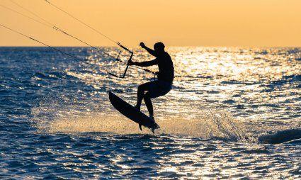 Chia | Kitesurfer hebt ab vor dem gelben Himmel der Abendsonne