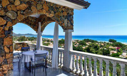 Überdachter Essbereich auf der Terrasse mit Meerblick