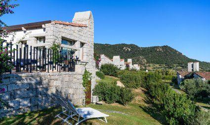 Haus aus Granit und Garten mit Sonnenliegen