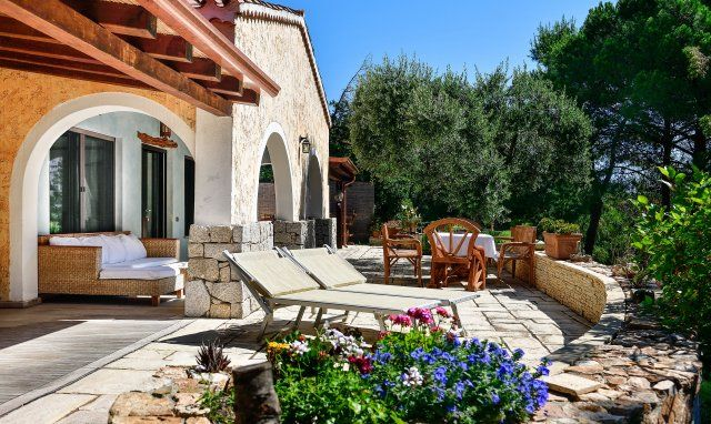 Großflächige Terrasse mit bunten Blumen