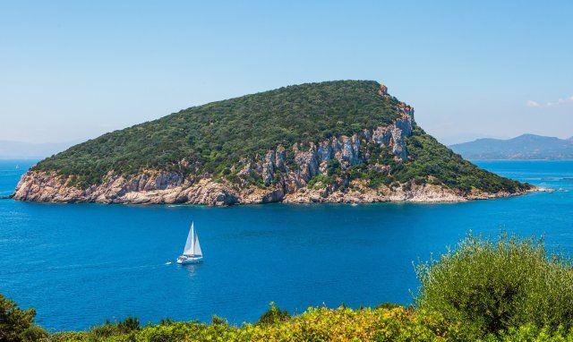 Segelboot vor der Insel Figarolo bei Golfo Aranci