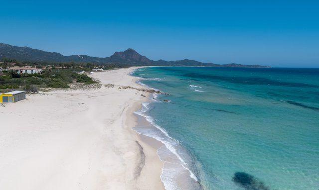 Sandstrand und blaues Meer